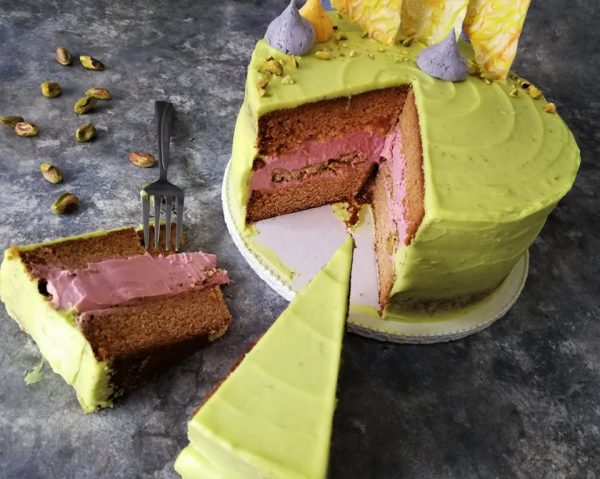 pisztáciás-málnás-lime-os fehércsoki torta
